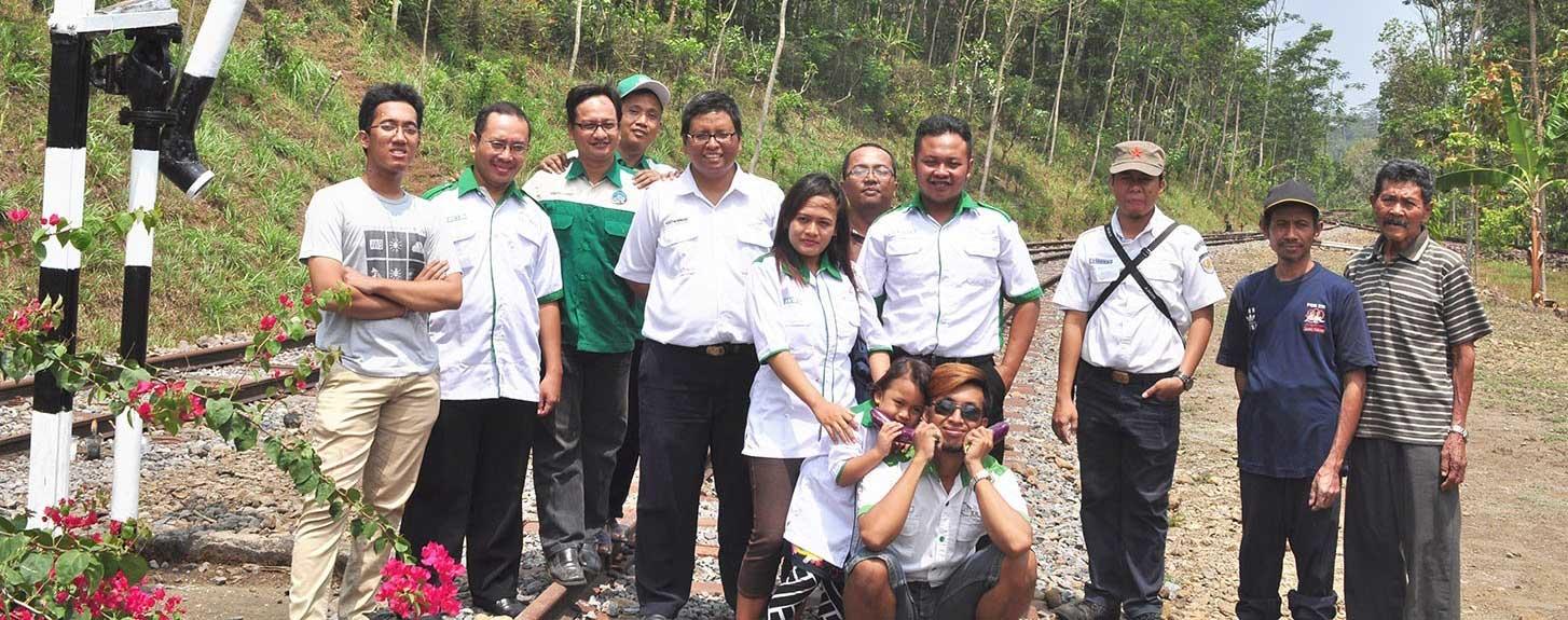 Membersihkan Corong Air untuk Kereta Uap Bersejarah
