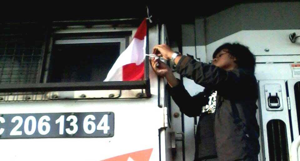 HUT RI ke-71, IRPS Jakarta Memasang Bendera Merah Putih di Lokomotif