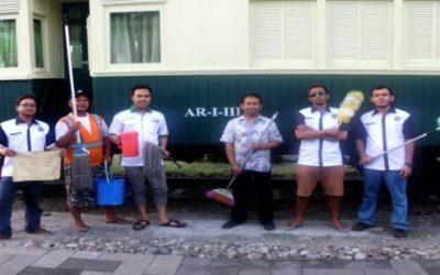 Bersih-bersih Gerbong Kayu di Museum KA Ambarawa